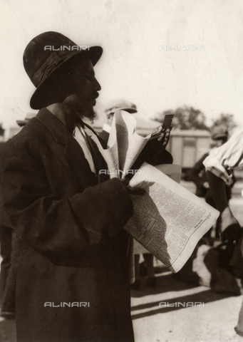 MLD-F-000326-0000 - Newspaper seller in Tel Aviv - Data dello scatto: 1930 ca. - Archivi Alinari, Firenze