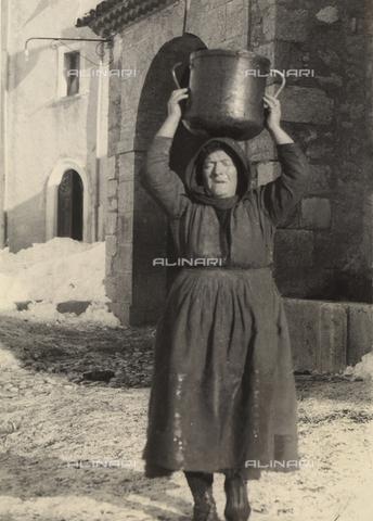 """MLD-F-000387-0000 - """"Donna di Ovindoli"""", località in provincia dell'Aquila - Data dello scatto: 1940 ca. - Raccolte Museali Fratelli Alinari (RMFA)-donazione Morpurgo, Firenze"""