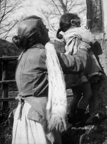 """MLD-F-000391-0000 - """"Fiori alla Madonna"""" - Data dello scatto: 1940 ca. - Raccolte Museali Fratelli Alinari (RMFA)-donazione Morpurgo, Firenze"""
