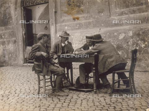 MLD-F-000394-0000 - Quattro uomini seduti ad un tavolo in un cortile - Data dello scatto: 1930 ca. - Raccolte Museali Fratelli Alinari (RMFA)-donazione Morpurgo, Firenze