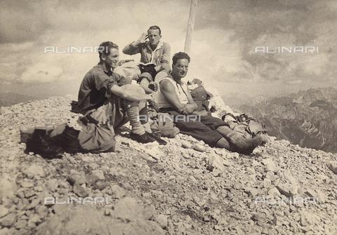 MLD-F-000544-0000 - Tre scalatori in riposo sulla vetta Jof di Montasio, nelle Alpi Giulie - Data dello scatto: 1930 ca. - Archivi Alinari, Firenze