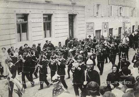 MLD-F-000584-0000 - La banda cittadina suona per le strade di città, scortata dai gendarmi - Data dello scatto: 1910 - Archivi Alinari, Firenze