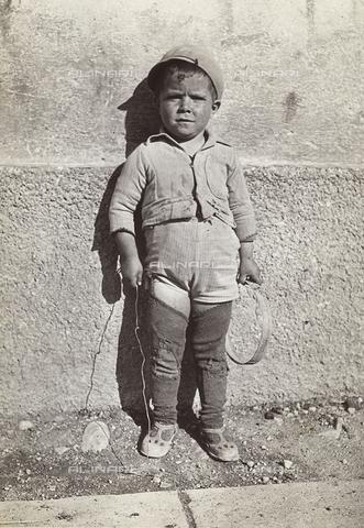 """MLD-F-000595-0000 - """"Bimbo"""" di Pescasseroli, località in provincia dell'Aquila - Data dello scatto: 1930 ca. - Archivi Alinari, Firenze"""