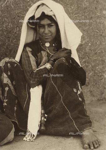 MLD-F-000596-0000 - Giovane donna in abiti medio-orientali - Data dello scatto: 1940 ca. - Archivi Alinari, Firenze