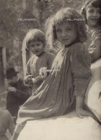 MLD-F-000601-0000 - Tre bambine sorridenti - Data dello scatto: 1940 ca. - Archivi Alinari, Firenze