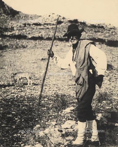 MLD-F-000605-0000 - Ritratto a figura intera di un pastore abruzzese della Maiella. Sullo sfondo un paesaggio campestre - Data dello scatto: 1911-1912 ca. - Archivi Alinari, Firenze