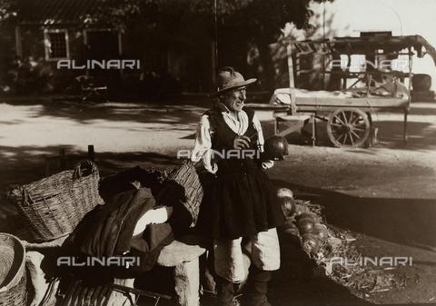 MLD-F-000606-0000 - Anziano venditore ambulante, Abruzzo - Data dello scatto: 1930 ca. - Archivi Alinari, Firenze