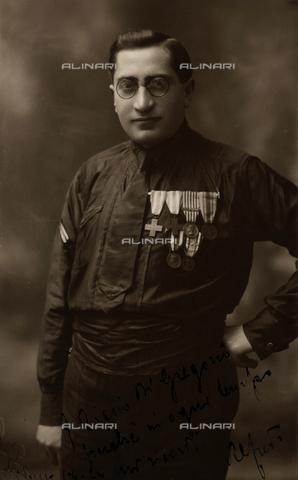 """MRC-A-000007-0009 - Album """"MVSN- Milizia Volontaria per la Sicurezza Nazionale"""": Fascist black shirt back from the Great War - Data dello scatto: 03/1924 - Archivi Alinari, Firenze"""