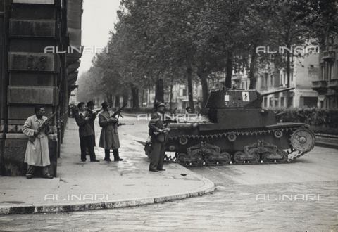 """MRC-A-000041-0002 - Album """"Esercito Sud e Partigiani"""": Armed civilians on the street in Milan in the shelter of a tank type M13 / 40 captured the enemy"""