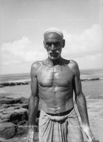 NMM-F-N83106-0000 - Marinaio del Kuwait - Data dello scatto: 1938-1939 - National Maritime Museum, Londra / Archivi Alinari
