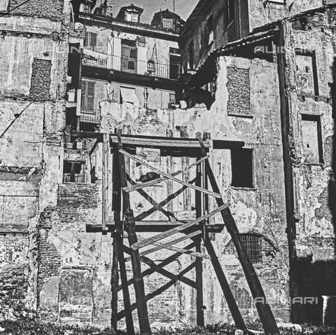 """NPA-F-000007-0000 - """"Milano : dopo l'incursione"""": una casa danneggiata dalla seconda guerra mondiale - Data dello scatto: 1948 - Archivi Alinari, Firenze"""