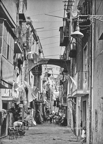 NPA-F-000008-0000 - Spaccanapoli: strada del centro storico con i panni stesi ad asciugare - Data dello scatto: 1955 - Archivi Alinari, Firenze