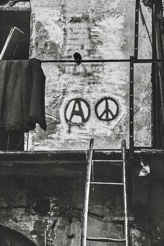 """NPA-F-000012-0000 - """"Milano Hinterland 1950-1970"""": un muro con la A cerchiata, simbolo del movimento anarchico - Data dello scatto: 1968 - Archivi Alinari, Firenze"""