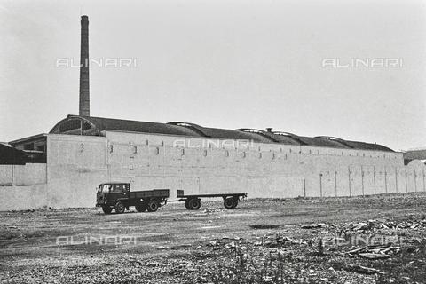 """NPA-F-000016-0000 - """"A spasso nel tempo""""-""""Mi. Paesaggio urbano. Omaggio a Mario Sironi"""": un edificio industriale - Data dello scatto: 1960 - Archivi Alinari, Firenze"""