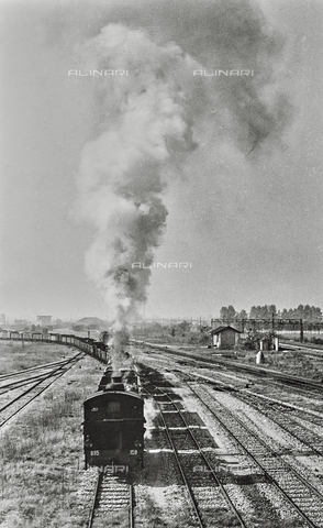 """NPA-F-000024-0000 - """"Milano in periferia"""": un treno a vapore nel quartiere di San Cristoforo - Data dello scatto: 1950 - Archivi Alinari, Firenze"""