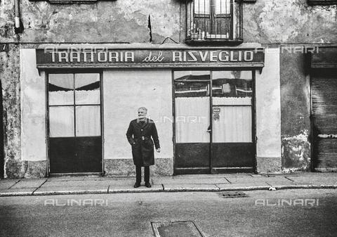 NPA-F-000027-0000 - Ritratto davanti alla Trattoria del Risveglio - Data dello scatto: 1970 - Archivi Alinari, Firenze