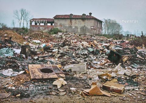 """NPA-F-000028-0000 - """"A spasso nel tempo"""": discarica accanto a un edificio rurale - Data dello scatto: 1960 - Archivi Alinari, Firenze"""