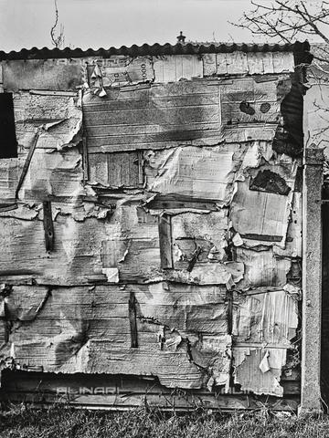 NPA-F-000033-0000 - Una baracca di lamiera e cartone in Viale Plebisciti - Data dello scatto: 1952 - Archivi Alinari, Firenze