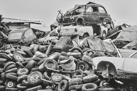 """NPA-F-000034-0000 - """"Verso la rottamazione"""": carcasse di automobili - Data dello scatto: 1954 - Archivi Alinari, Firenze"""