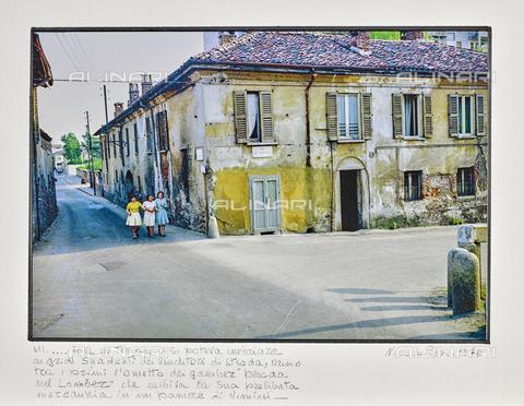 """NPA-F-000038-0000 - """"A spasso nel tempo""""-"""" Mi...dove un tempo ci si poteva inebriare ai gridi suadenti dei venditori di strada, primo tra i primi l'ometto gamber """"pescaa nel Lamber"""" che esibiva la sua prelibata mercanzia in un paniere di vimini"""": ragazze in una strada di periferia - Data dello scatto: 1970 - Archivi Alinari, Firenze"""
