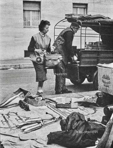 NPA-F-000046-0000 - Una donna e un uomo alla Fiera di Sinigaglia, Via Calatafimi, Milano - Data dello scatto: 1960 - Archivi Alinari, Firenze