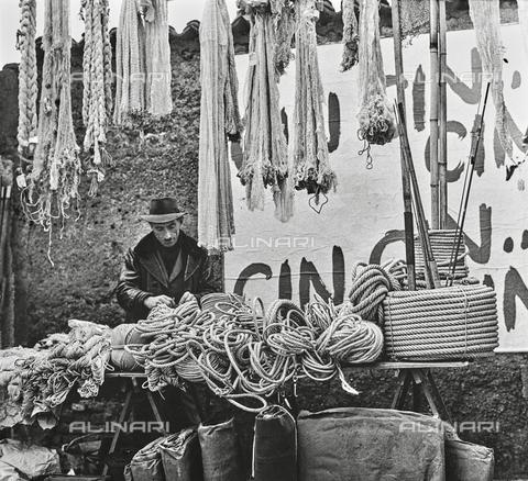 """NPA-F-000050-0000 - """"Milano Hinterland 1950-1970"""": venditore di corde e cordami - Data dello scatto: 1960 - Archivi Alinari, Firenze"""