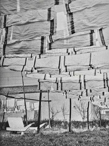 """NPA-F-000056-0000 - """"Naviglio grande 1960- 1970"""": tovaglie stese ad asciugare in Via della Magolfa - Data dello scatto: 1970 - Archivi Alinari, Firenze"""