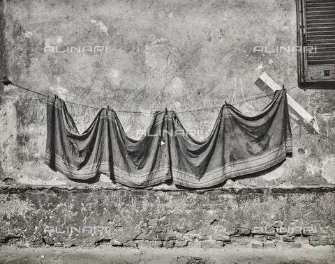 """NPA-F-000059-0000 - """"Naviglio grande 1960-1970""""-""""Drappo al sole"""" lungo il Naviglio Grande - Data dello scatto: 1970 - Archivi Alinari, Firenze"""