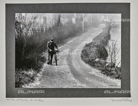 """NPA-F-000065-0000 - """"Milano ed i suoi navigli""""-""""Sulla strada di casa"""": un uomo con la bicicletta lungo un corso d'acqua - Data dello scatto: 1958 - Archivi Alinari, Firenze"""
