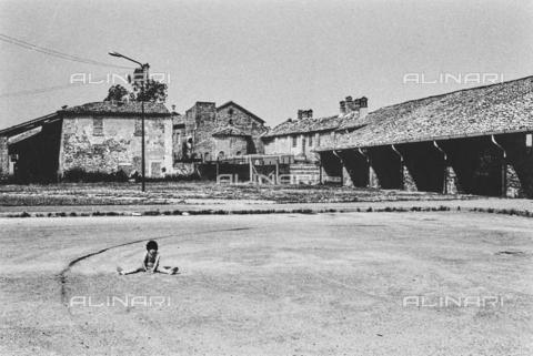 """NPA-F-000073-0000 - """"A spasso nel tempo""""-""""Terre di periferia"""": case di campagna e antica pieve a Abbiategrasso - Data dello scatto: 1951 - Archivi Alinari, Firenze"""