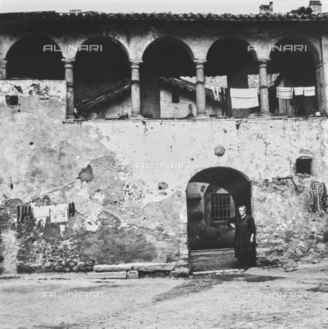 """NPA-F-000076-0000 - """"On the road 1954"""": loggia di un palazzo storico con i panni stesi ad asciugare, Pescarenico - Data dello scatto: 1950 - Archivi Alinari, Firenze"""