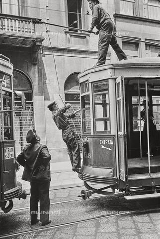 NPA-F-000084-0000 - Operai mentre riparano il collegamento elettrico di un tram su rotaie, Via Manzoni - Data dello scatto: 1970 - Archivi Alinari, Firenze