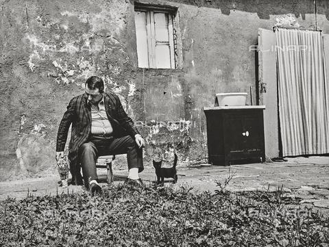 """NPA-F-000085-0000 - """"Milano Hinterland 1950-1970""""-""""Il mio amico Piero Mazzarella attore meneghino"""" - """" L'attore Piero Mazzarella in un cortile della Alzaia naviglio Grande Milano"""" - Data dello scatto: 1970 - Archivi Alinari, Firenze"""