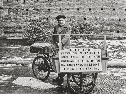 NPA-F-000094-0000 - Un uomo con bicicletta e cartello offensivo contro il clero, Castello Sforzesco, Milano - Data dello scatto: 1962 - Archivi Alinari, Firenze