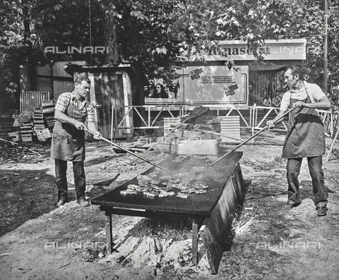NPA-F-000096-0000 - Due uomini cuociono la bistecca a una Festa dell'Unità - Data dello scatto: 1970 - Archivi Alinari, Firenze