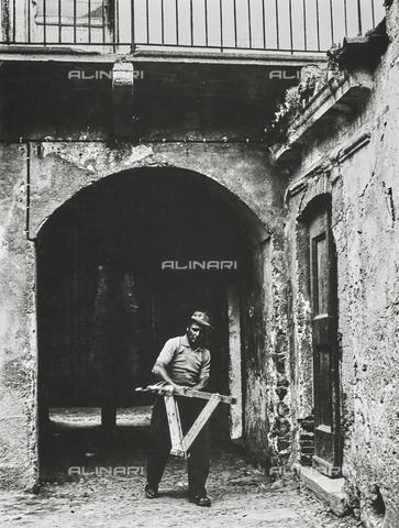 NPA-F-000098-0000 - Un uomo al lavoro - Data dello scatto: 1960 - Archivi Alinari, Firenze