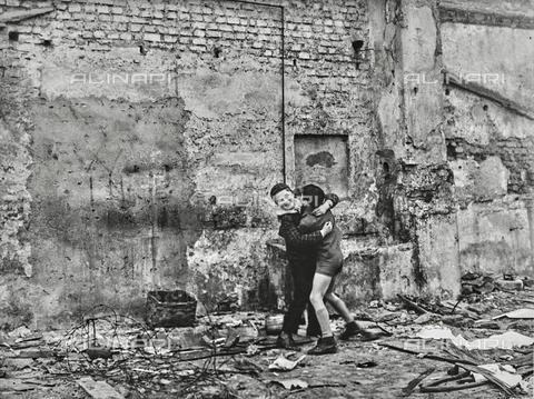 """NPA-F-000100-0000 - """"Vediamo chi è più forte"""": due bambini fotografati durante il gioco - Data dello scatto: 1958 - Archivi Alinari, Firenze"""