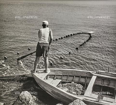 NPA-F-000101-0000 - Un pescatore con la rete, Napoli - Data dello scatto: 1960 - Archivi Alinari, Firenze