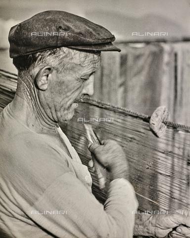 """NPA-F-000102-0000 - """"Folklore salernitano"""": un pescatore che pettina la rete - Data dello scatto: 1960 - Archivi Alinari, Firenze"""