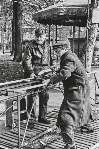 """NPA-F-000106-0000 - Un uomo spinge il """"mini-razzo"""" sulle rotaie di un gioco da Luna Park - Data dello scatto: 1960-1970 - Archivi Alinari, Firenze"""