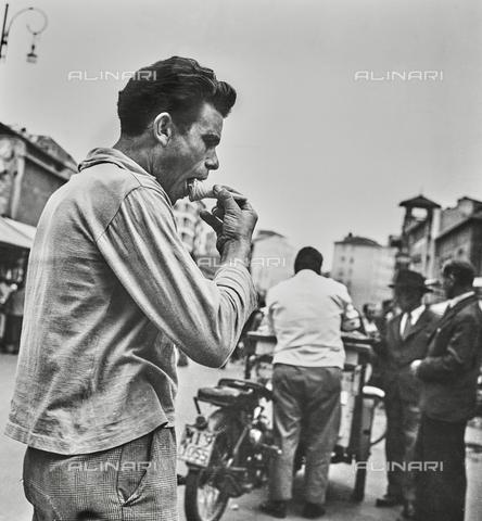 NPA-F-000108-0000 - Un uomo mangia un gelato - Data dello scatto: 1960 - Archivi Alinari, Firenze