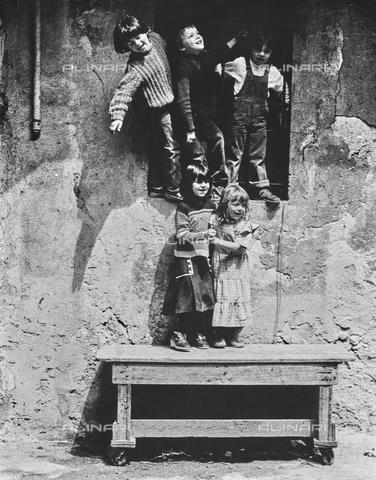 """NPA-F-000114-0000 - """"Milano Hinterland 1950-1970"""": ritratto di gruppo di bambini - Data dello scatto: 1960 ca. - Archivi Alinari, Firenze"""