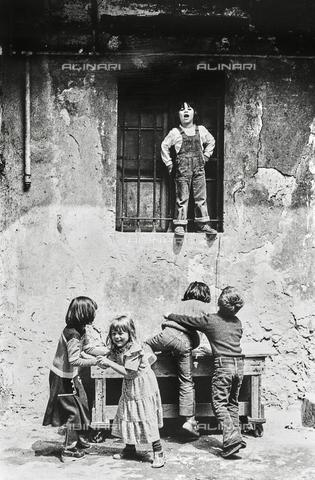 """NPA-F-000115-0000 - """" Milano Hinterland 1950-1970"""": un gruppo di bambini fotografati durante il gioco - Data dello scatto: 1960 ca. - Archivi Alinari, Firenze"""