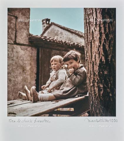 """NPA-F-000120-0000 - """"A spasso nel tempo""""-""""Tra le chiuse finestre"""": ritratto di due bambine - Data dello scatto: 1950-1952 - Archivi Alinari, Firenze"""