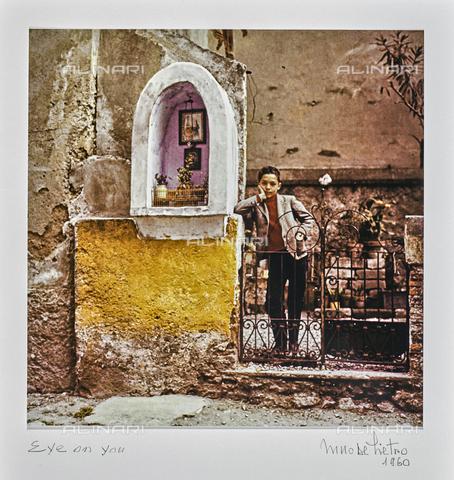"""NPA-F-000121-0000 - """"A spasso nel tempo""""-""""Eye on you"""": bambino fotografato accanto a un tabernacolo - Data dello scatto: 1960 - Archivi Alinari, Firenze"""