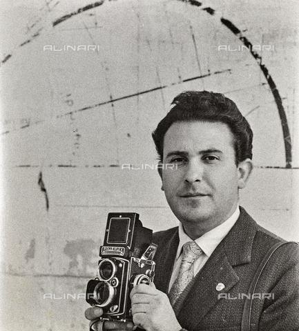 NPA-F-000131-0000 - Autoritratto del fotografo Nino De Pietro - Data dello scatto: 1950 - Archivi Alinari, Firenze