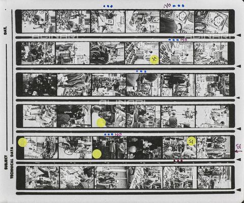 NPA-F-000136-0000 - Fiera di Sinigaglia: venditori ambulanti e mestieri antichi in strada; provini - Data dello scatto: 1950-1960 - Archivi Alinari, Firenze