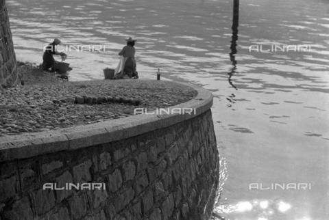NPA-S-N00001-0015 - Lavandaie lungo il Naviglio Grande a Milano - Data dello scatto: 1956 - Archivi Alinari, Firenze