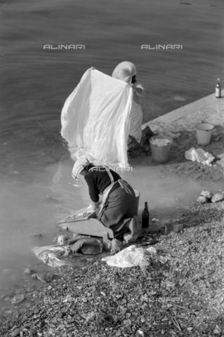 NPA-S-N00001-0017 - Lavandaie lungo il Naviglio Grande a Milano - Data dello scatto: 1956 - Archivi Alinari, Firenze