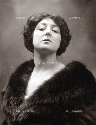 NVM-F-000066-0000 - Ritratto a mezzo busto della celebre cantante lirica Toti Dal Monte - Data dello scatto: 1925-1930 ca. - Archivi Alinari, Firenze